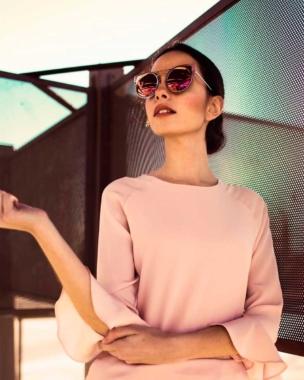 Mujer con gafas y blusa
