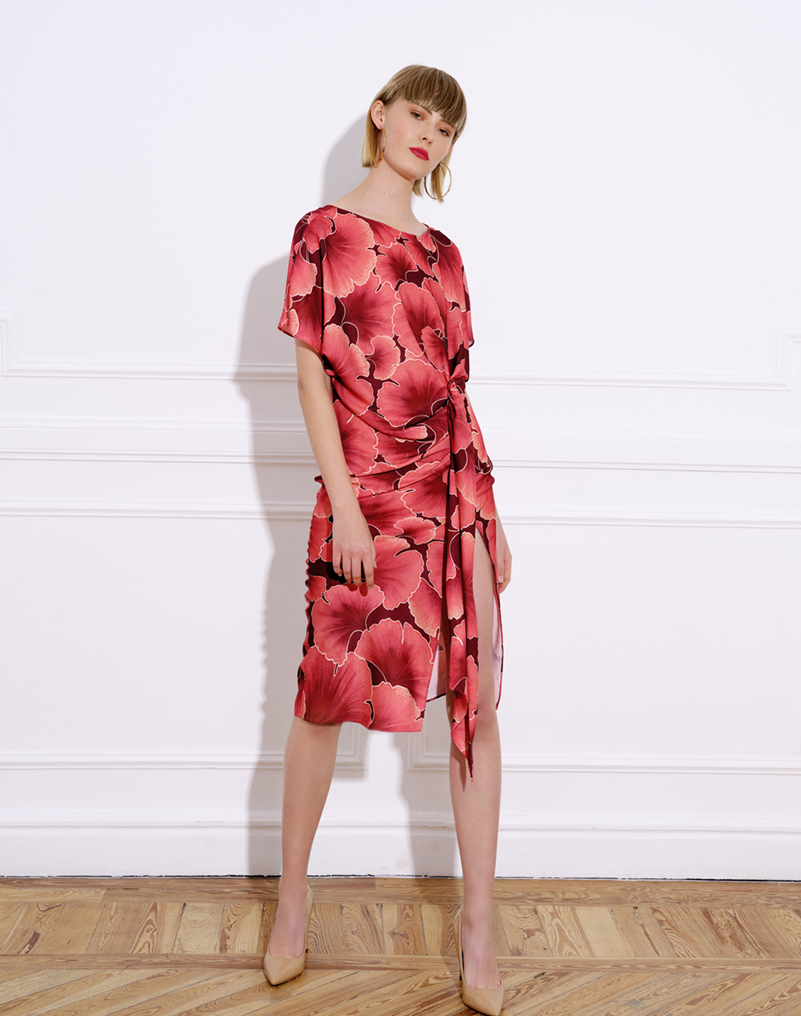 vestido midi raso, estampado, manga japonesa corta, cuello barco, vestido cala, estampado